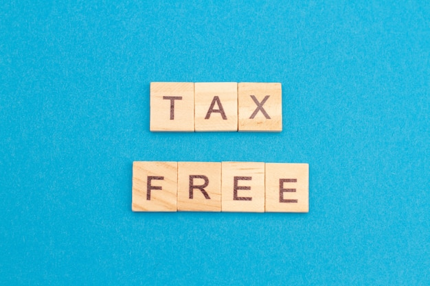 Mot libre d'impôt de bloc de bois isolé