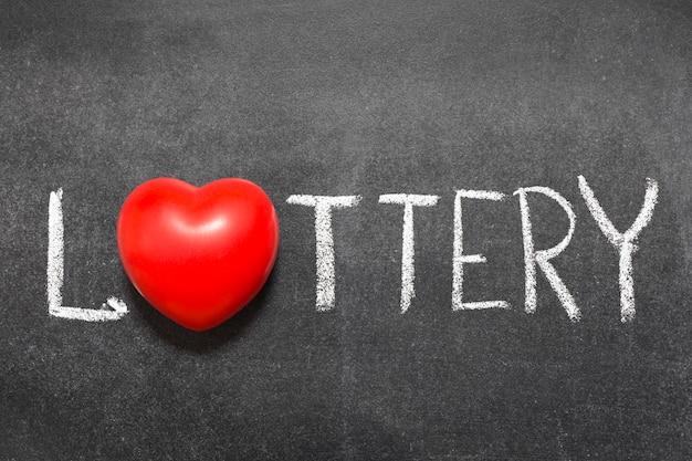 Mot de loterie manuscrit sur tableau noir avec symbole de coeur au lieu d'o