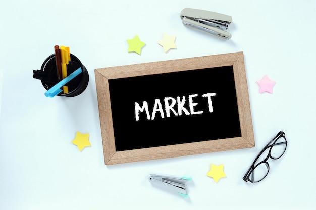 Mot de marché en vue de dessus sur tableau noir