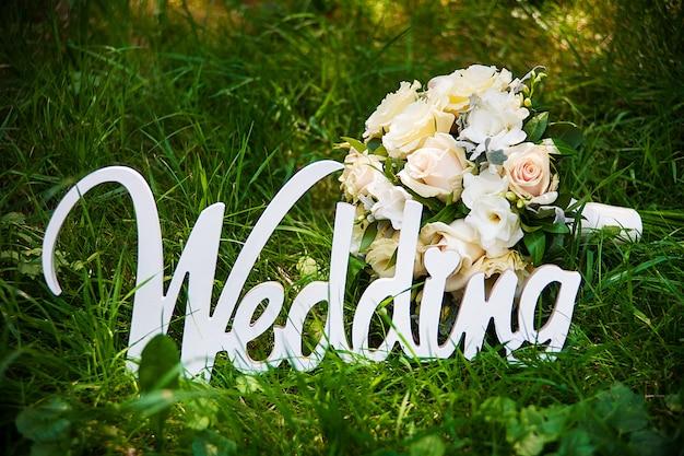 Mot de mariage et bouquet de mariée