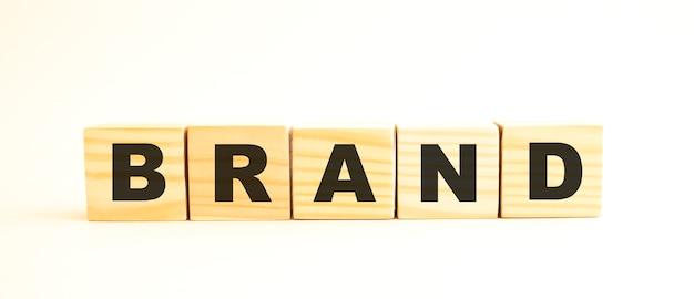 Le mot marque sur des cubes en bois