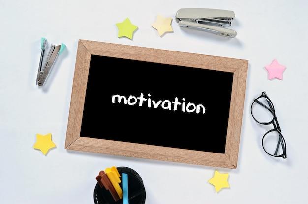 Mot de motivation sur la vue de dessus sur le tableau noir