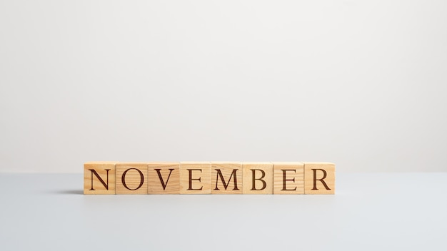 Mot novembre sur des cubes en bois. sur fond blanc.