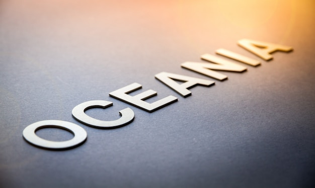 Mot océanie écrit avec des lettres solides blanches
