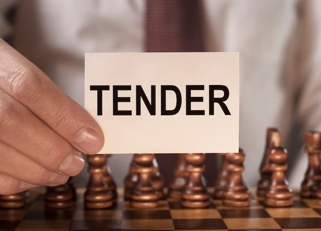 Mot d'offre sur papier note dans l'offre commerciale de main d'homme d'affaires pour le concept d'approvisionnement