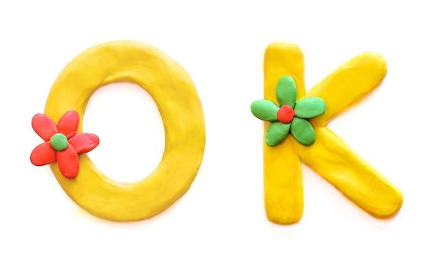 Mot ok en pâte à modeler multicolore