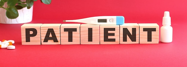 Le mot patient est composé de cubes en bois.