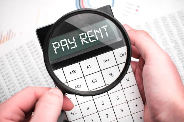 Le mot payer le loyer est écrit sur la calculatrice