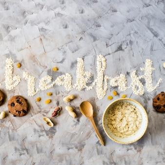 Le mot petit-déjeuner est écrit sur un fond gris d'avoine