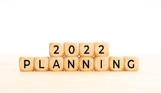 Mot de planification 2022 en blocs de bois sur table. fond blanc. espace de copie