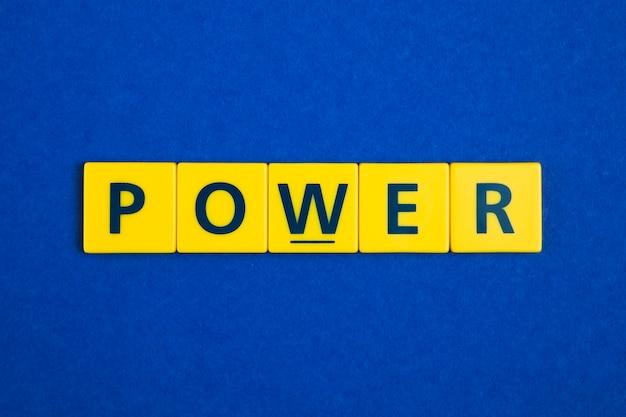 Mot de pouvoir sur les carreaux jaunes