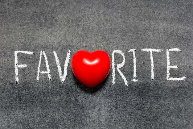 Mot préféré écrit à la main sur le tableau noir avec le symbole du coeur au lieu de o