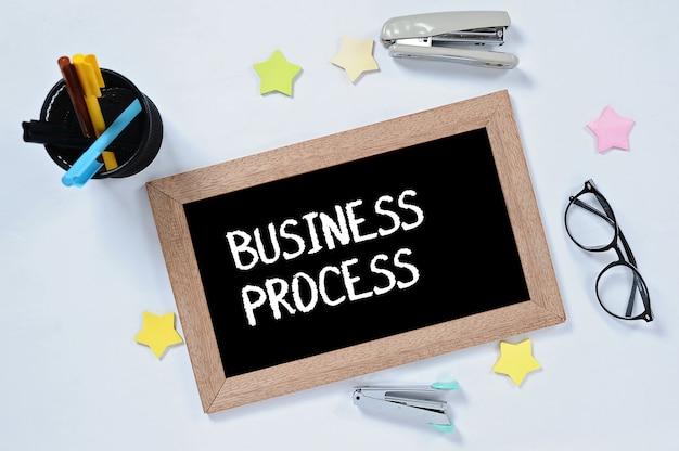 Mot de processus d'affaires sur la vue supérieure sur le tableau noir