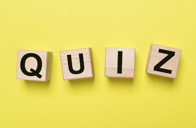 Mot de quiz, inscription. jeu de questions et concept de quête.