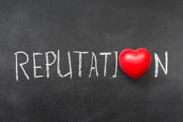Mot de réputation écrit à la main sur le tableau noir avec le symbole du coeur au lieu d'o