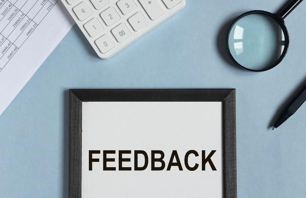 Mot de rétroaction, concept d'opinions, bonne et mauvaise évaluation.