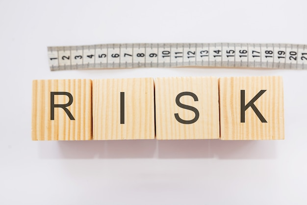 Le mot sur le risque sur les blocs situés à la roulette sur un fond blanc. concept d'ampleur du risque.
