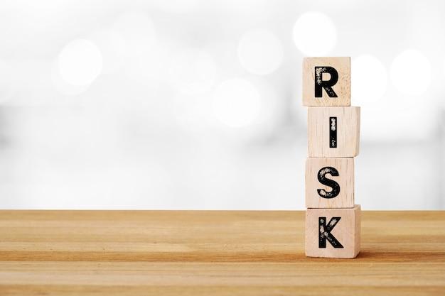 Mot de risque sur les cubes en bois