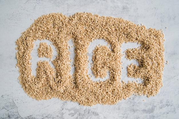 Mot riz écrit sur du riz brun