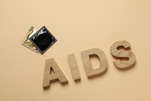 Mot sida et préservatifs sur surface beige