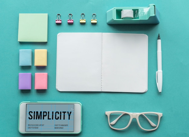 Mot de simplicité sur l'écran du smartphone et les fournitures de bureau