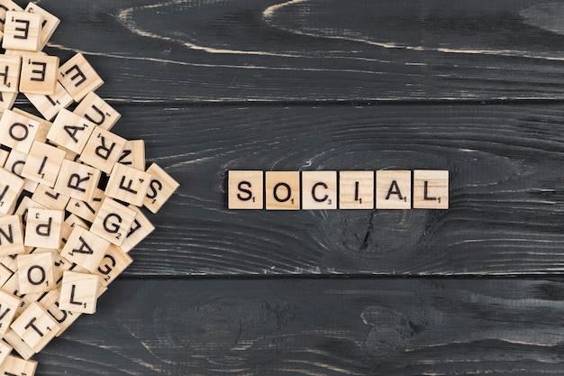 Mot social sur fond en bois