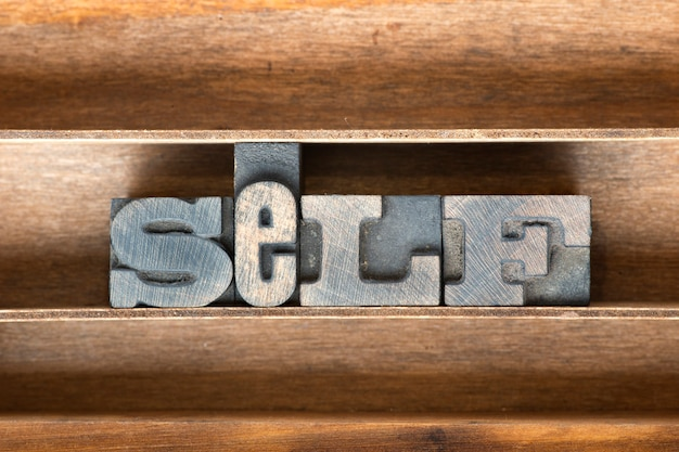 Mot de soi fabriqué à partir de type typographique vintage sur plateau en bois