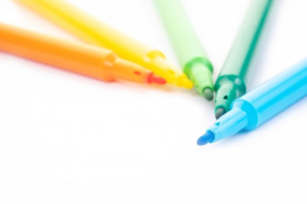 Mot de stylo-feutre coloré sur fond blanc avec espace de copie.