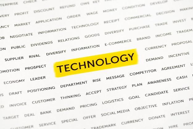 Le mot «technologie» est mis en évidence avec un marqueur sur papier