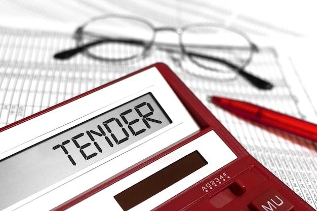 Mot tender sur calculatrice, lunettes, documents et stylo sur le bureau. concept d'entreprise.