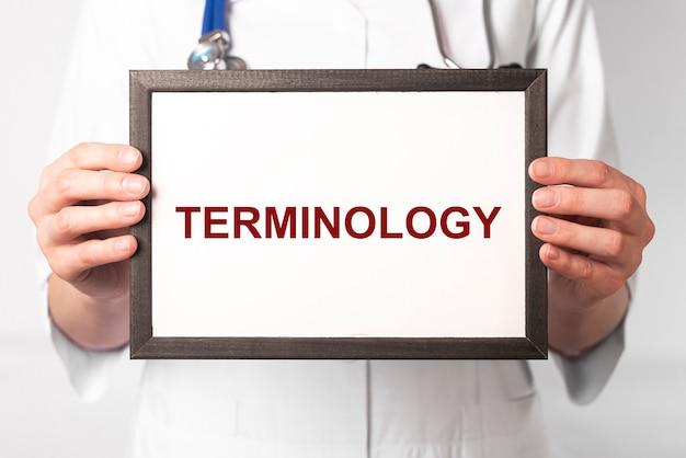 Mot de terminologie médicale dans le concept de termes de médecine de mains de docteur