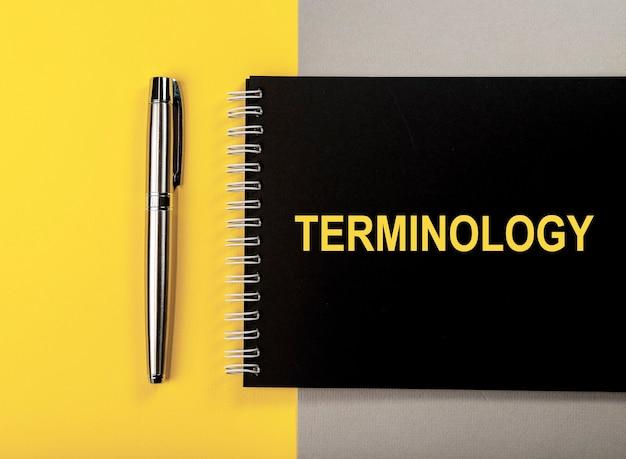 Mot de terminologie sur la vue de dessus de cahier noir