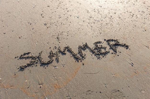 Mot de texte d'été sur la plage de la mer de sable