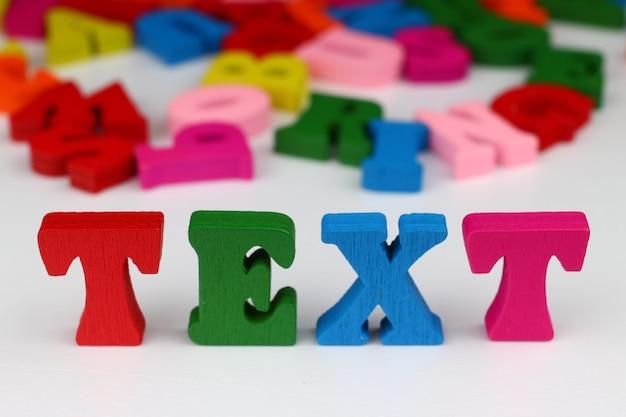 Le mot texte avec des lettres colorées
