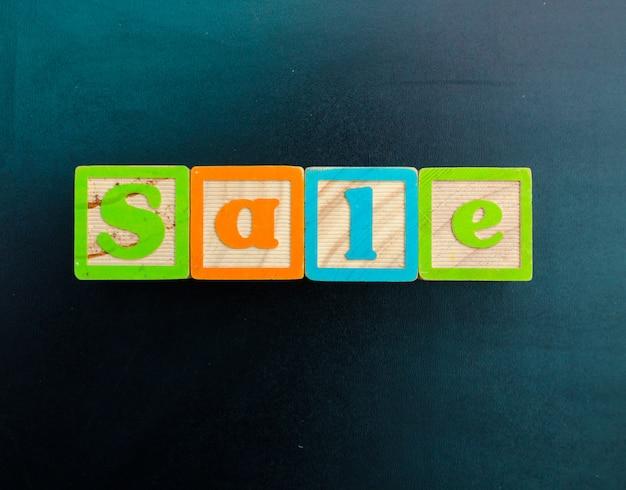 Mot 'vente' de blocs de l'alphabet en bois avec des lettres.