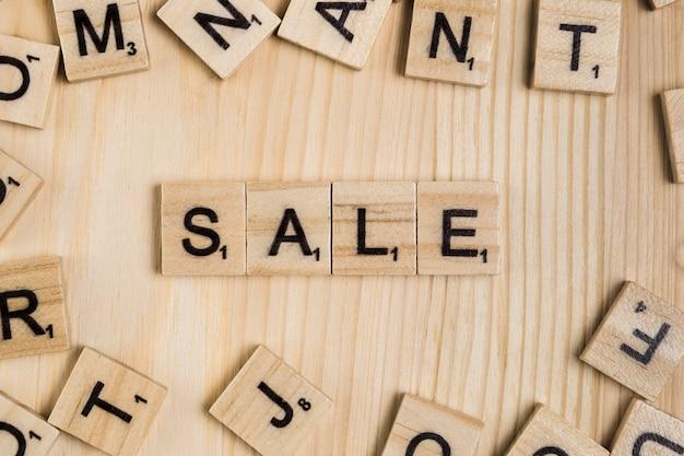 Mot de vente sur des carreaux de bois