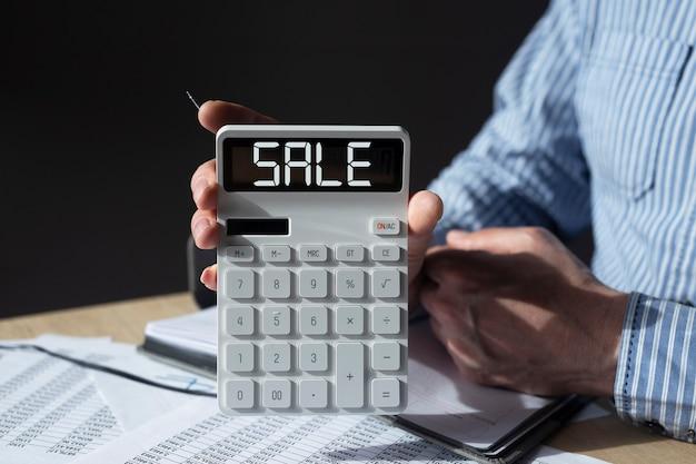 Mot de vente sur papier note en homme d'affaires remettre le lieu de travail