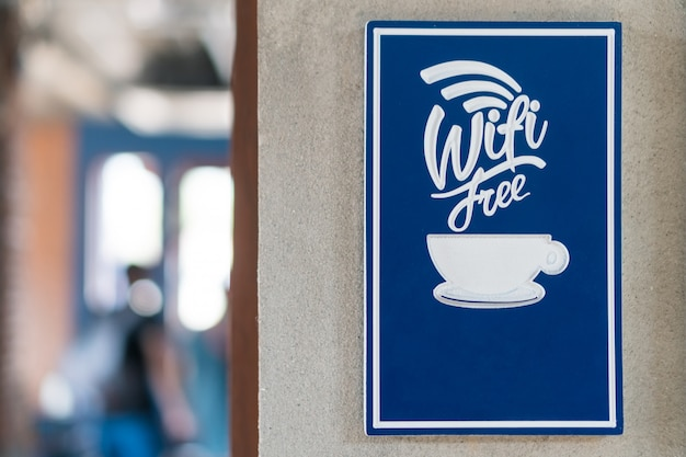 Mot wifi gratuit sur le mur en face du café.