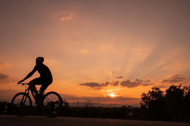 Motard au coucher du soleil