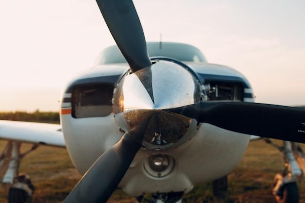 Moteur d'avion avec pales d'hélice et prise d'air.