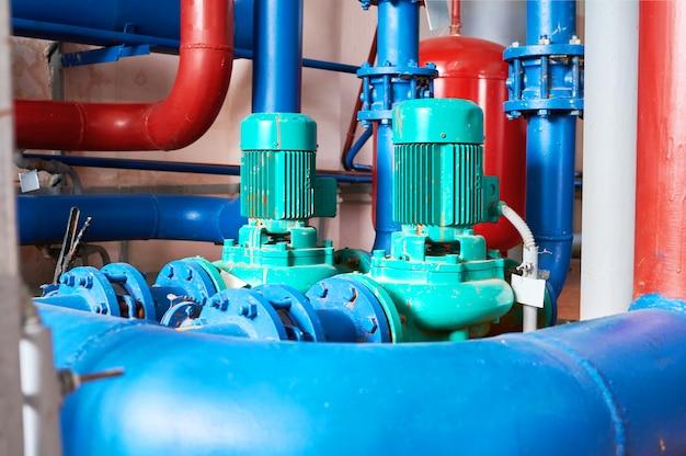 Moteur bleu avec une pompe connectée aux tuyaux bleus.