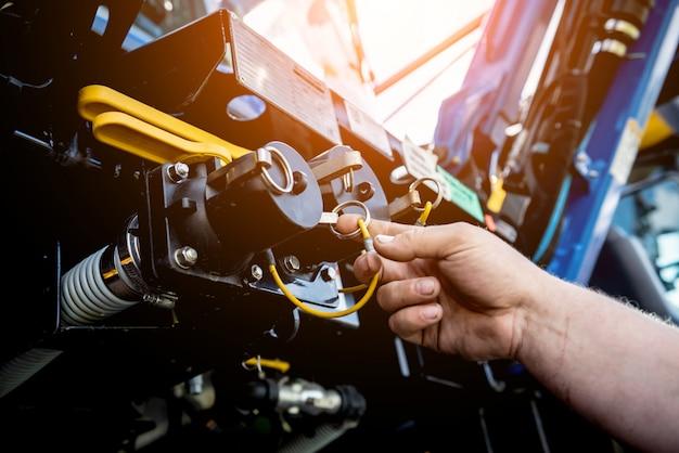 Moteur de moissonneuse. chaînes à engrenages et nouveaux mécanismes modernes.