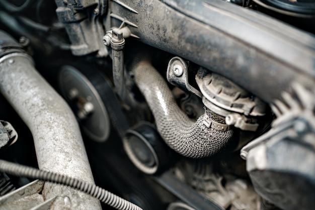 Moteur sale sous le capot d'une voiture se bouchent