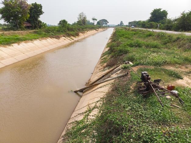 Moteur de tracteur marchant drainant de l'eau