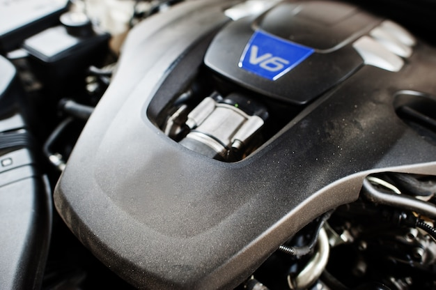 Moteur v6 de voiture de sport dans le garage détaillant.