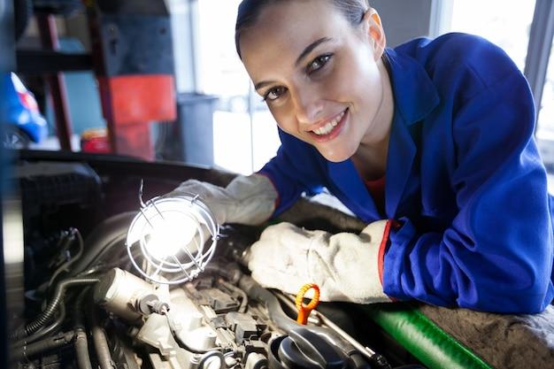 Moteur de voiture examen de mécanicien femme