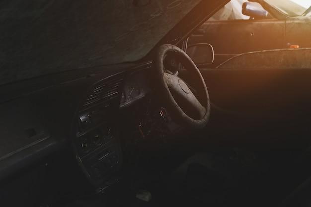 Moteur de voiture de maintenance dans le garage