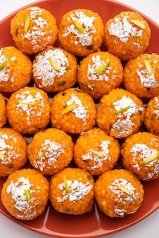 Motichoor doux indien laddooãƒâ'ã'â ou bundi laddu fait de très petites boules de farine de gramme ou boondi qui sont frites et trempées dans du sirop de sucre avant de faire des boules