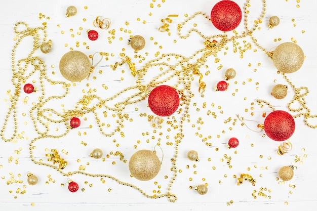 Motif de boules de jouets dorés décoratifs de noël
