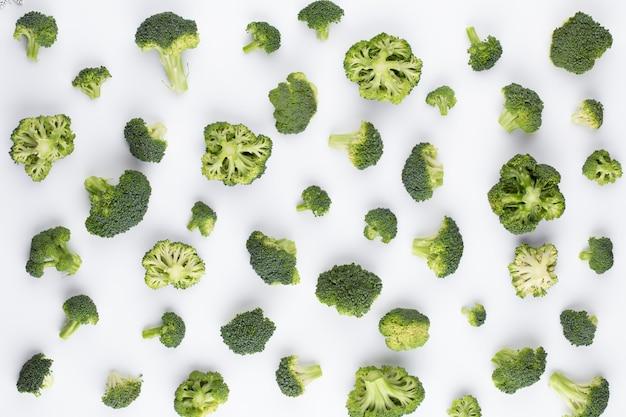 Motif de brocoli isolé. diverses parties multiples de fleur de brocoli. vue de dessus.